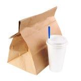 Recicle la bolsa de papel y la taza de café o de té aislado en el CCB blanco imagen de archivo libre de regalías