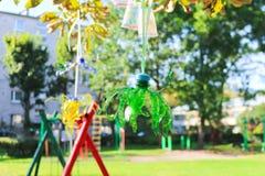 Recicle o projeto de garrafas e de copos plásticos, colorido com cores diferentes Segunda vida para o plástico Projeto das crianç Imagem de Stock Royalty Free