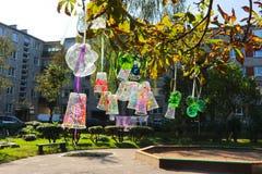 Recicle o projeto de garrafas e de copos plásticos, colorido com cores diferentes Segunda vida para o plástico Projeto das crianç Imagens de Stock