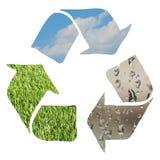 Recicle o sinal feito com grama, nuvens e gotas de água Imagens de Stock
