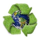 Recicle o símbolo do logotipo da grama verde e da terra. Foto de Stock Royalty Free