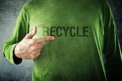 RECICLE. Sirva señalar al título impreso en su camisa fotografía de archivo libre de regalías