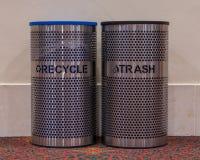 Recicle y los cubos de la basura imagen de archivo libre de regalías