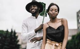 Recienes casados africanos preciosos que se detienen suavemente y smilling fotografía de archivo