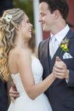 Recienes casados cariñosos Foto de archivo libre de regalías