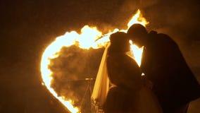 Recienes casados con el corazón ardiendo en el fondo almacen de metraje de vídeo