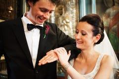 Recienes casados con los anillos en iglesia fotos de archivo