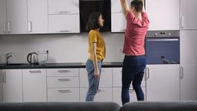 Recienes casados del inconformista que celebran en casa con danza almacen de metraje de vídeo