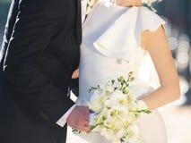 Recienes casados en calle Imágenes de archivo libres de regalías