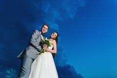 Recienes casados en el fondo del cielo Imagen de archivo libre de regalías