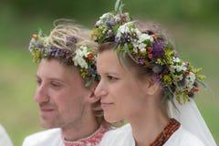 Recienes casados en guirnaldas Foto de archivo