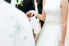 Recienes casados en iglesia Imágenes de archivo libres de regalías