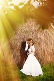 Recienes casados en jardín imagenes de archivo