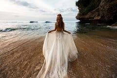 Recienes casados en la playa fotografía de archivo