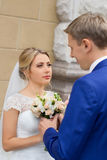 Recienes casados en la sesión fotográfica de la boda en el país imagenes de archivo