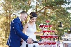 Recienes casados en un banquete de la boda Fotografía de archivo