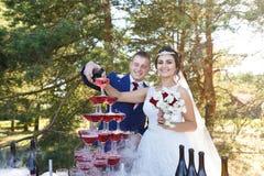 Recienes casados en un banquete de la boda Imagenes de archivo