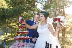 Recienes casados en un banquete de la boda Foto de archivo libre de regalías