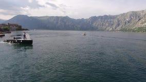 Recienes casados en un barco El casarse en Montenegro en un yate La novia almacen de metraje de vídeo