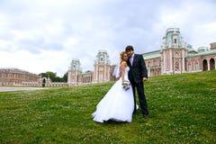Recienes casados en un parque Foto de archivo