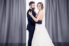 Recienes casados en un vestido de boda y un traje Imágenes de archivo libres de regalías
