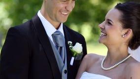 Recienes casados felices que cortan su pastel de bodas almacen de metraje de vídeo