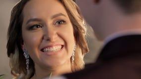 Recienes casados felices que hablan y que ríen, mirada en ojos de uno a metrajes