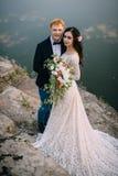 Recienes casados felices que se colocan en la orilla del río Imagen de archivo libre de regalías