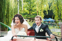 Recienes casados jovenes en el roller coaster Fotos de archivo libres de regalías