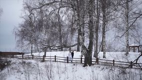 Recienes casados jovenes que caminan afuera La novia y el novio caminan juntos en el parque en invierno o verano y las manos sost Imágenes de archivo libres de regalías