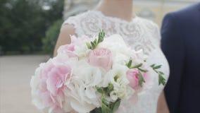 Recienes casados jovenes que caminan afuera La novia y el novio caminan juntos en el parque en invierno o verano y las manos sost Imagenes de archivo