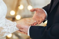 Recienes casados, manga de la mano, anillos de bodas fotografía de archivo libre de regalías