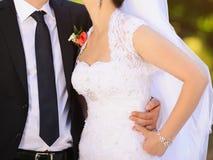 Recienes casados que abrazan en parque Fotografía de archivo