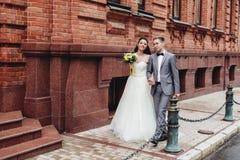 Recienes casados que caminan en la calle Imagenes de archivo