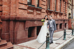 Recienes casados que caminan en la calle Fotografía de archivo libre de regalías