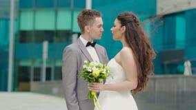 Recienes casados que hablan y que se besan almacen de metraje de vídeo