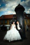 Recienes casados que presentan delante de August Senoa Monument Imágenes de archivo libres de regalías