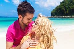 Recienes casados que se divierten en una playa tropical honeymoon foto de archivo