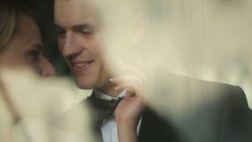 Recienes casados sonrientes de los pares felices de la boda que caminan en parque del otoño almacen de metraje de vídeo