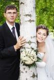 Recienes casados y árbol de abedul jovenes Imagenes de archivo