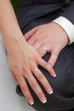Recienes casados y anillos de bodas Fotografía de archivo