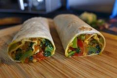 Recientemente abrigo hecho en casa sano del Burrito con las verduras frescas foto de archivo