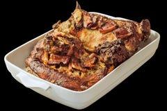 Recientemente Oven Baked Gourmet Lamb Shoulder con el tocino Rahers en el plato blanco de la cazuela de la porcelana aislado en f Foto de archivo