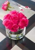 Recientemente rosas hermosas del corte en una tabla Fotografía de archivo