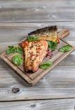 Recientemente salmón ahumado preparado en el servidor de madera Imágenes de archivo libres de regalías