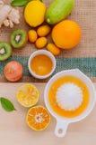 Recientemente zumo de naranja con la rebanada anaranjada, jengibre, fruta de la pasión, Foto de archivo libre de regalías