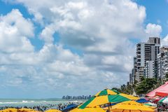 Recife, boa Viagem plaża, Pernambuco Brazylia, Styczeń, -, 2019: Lato i kolorowi parasole przy plażą obrazy stock