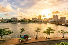 Recife, Pernambuco, Brasilien - April 2017: Sonnenuntergang in Capibaribe-Fluss Rio Capibaribe, Alfandega-Promenade Cais DA Alfâ lizenzfreie stockfotografie