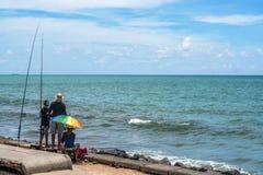 Recife Pernamuco, Brasilien - mars, 2017 - härlig plats av ett familjfiske på den BoaViagem stranden Fotografering för Bildbyråer