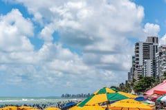 Recife, spiaggia di Viagem del boa, Pernambuco, Brasile - gennaio 2019: Estate ed ombrelli variopinti alla spiaggia immagini stock